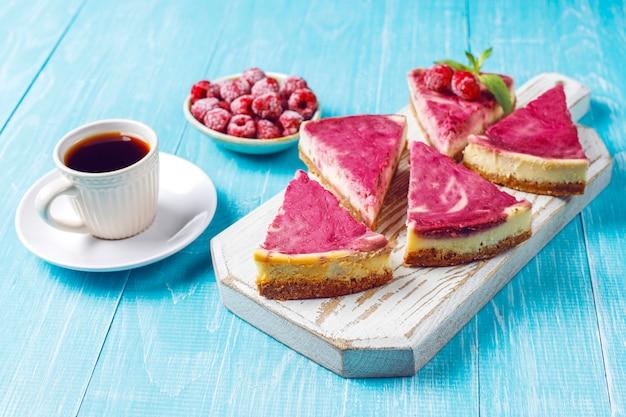 Gâteau au fromage aux framboises maison avec du miel.