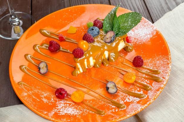 Gâteau au fromage avec des baies fraîches