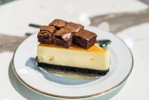 Gâteau au fromage avec brownies