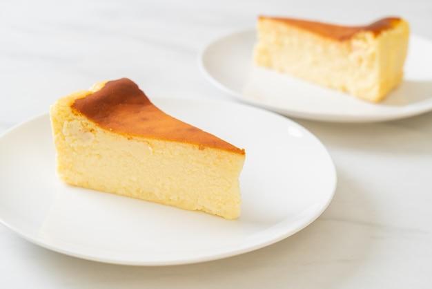 Gâteau au fromage brûler maison sur plaque blanche