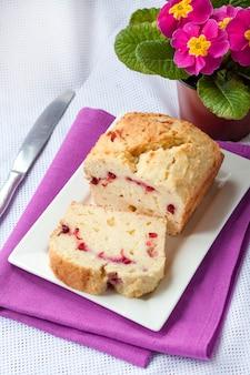 Gâteau au fromage avec des cerises sur une assiette