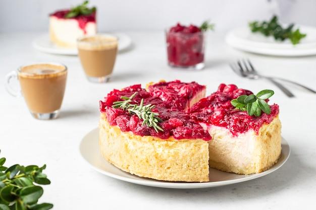 Gâteau au fromage classique de new york avec sauce aux canneberges, menthe et romarin