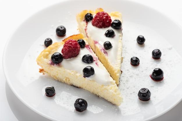 Gâteau au fromage à la crème et aux framboises et myrtilles fraîches