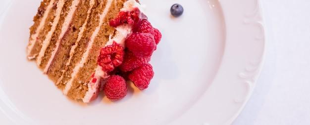 Gâteau au fromage fait maison avec des baies fraîches .gâteau au fromage tarte dessert d'été bio sain
