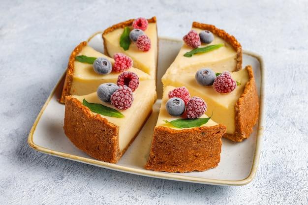 Gâteau au fromage fait maison à new york avec des baies congelées et de la menthe, dessert bio sain, vue de dessus