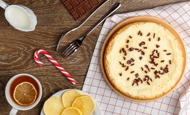 Gâteau au fromage fait maison avec des pépites de chocolat