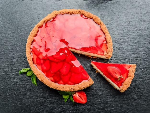 Gâteau au fromage froid avec fraise et gelée de fraise.