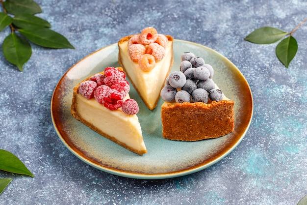 Gâteau au fromage maison de new york avec des baies congelées et de la menthe, dessert bio sain