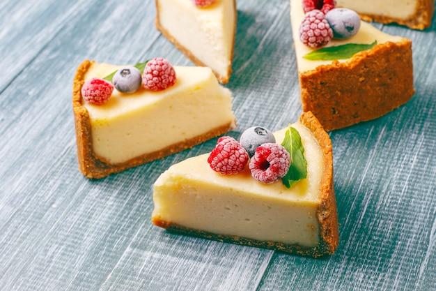 Gâteau au fromage de newyork fait maison avec des baies congelées et de la menthe, dessert bio sain, vue de dessus