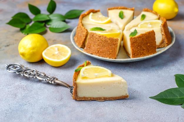Gâteau au fromage newyork fait maison avec du citron et de la menthe, dessert bio sain, vue de dessus