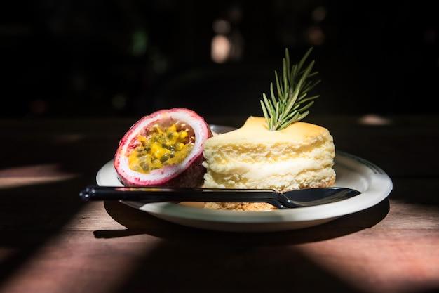 Gâteau au fromage avec sauce aux fruits de la passion