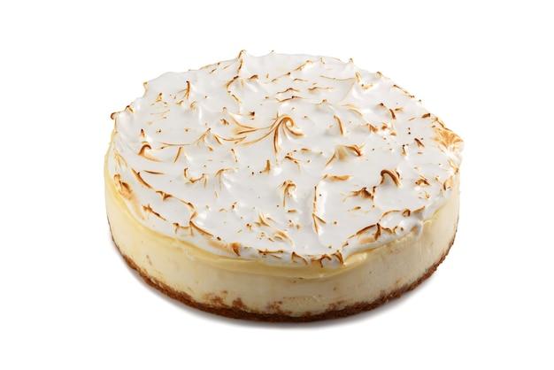 Gâteau au fromage de style new york glacé entier isolé sur fond blanc. tarte au fromage entier. cheesecake crémeux fait maison.