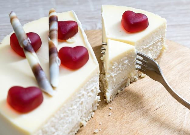 Gâteau au fromage sucré décoré de coeurs pour la saint-valentin internationale