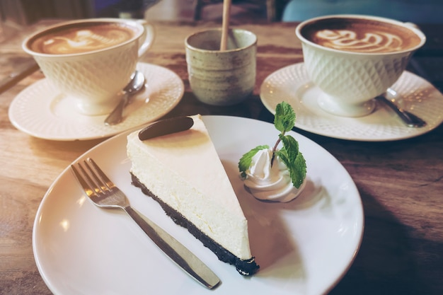 Gâteau au fromage avec une tasse de café chaud dans un café