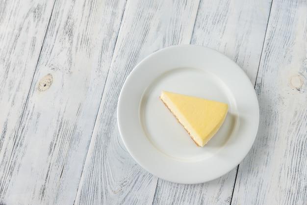 Gâteau au fromage traditionnel sur la table en bois