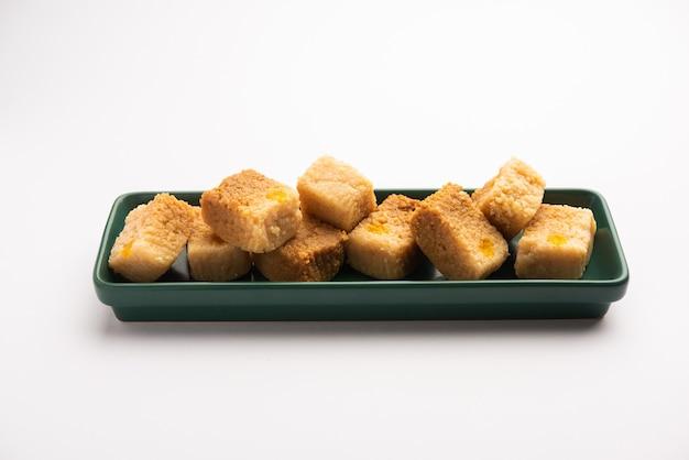 Gâteau au lait indien kalakand ou doux alwar ka mawa servi dans une assiette