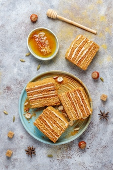 Gâteau au miel en couches maison sucré avec des épices et des noix.