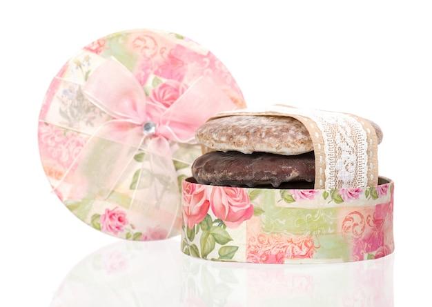Gâteau au miel décoré de ruban en boîte