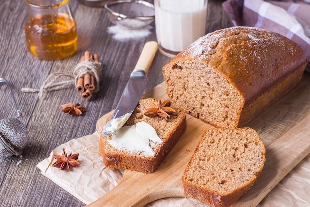 Gâteau au miel épicé avec du sucre en poudre