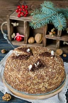Gâteau au miel fait maison avec des noix et du chocolat râpé. photo tonique