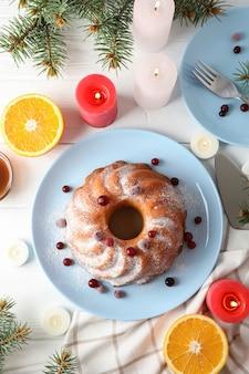 Gâteau au sucre en poudre et aux canneberges sur tableau blanc