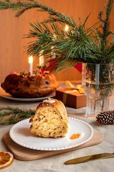 Un gâteau au thé fait maison servi comme gâterie de noël traditionnelle