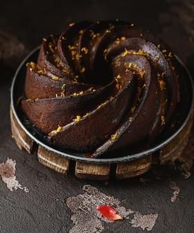Gâteau d'automne au chocolat avec zeste d'orange. gâteau d'automne