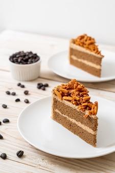 Gâteau aux amandes au café fait maison sur plaque blanche