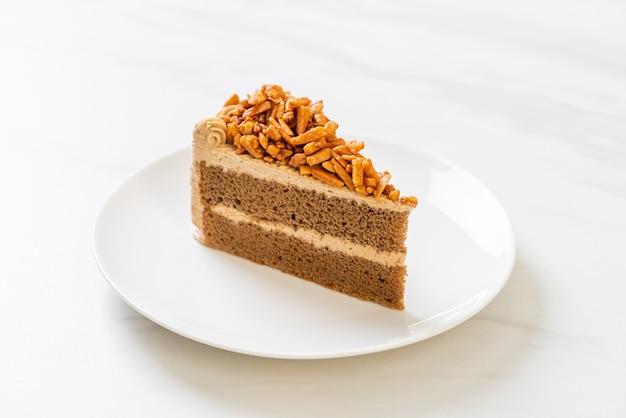 Gâteau aux amandes et café fait maison sur plaque blanche