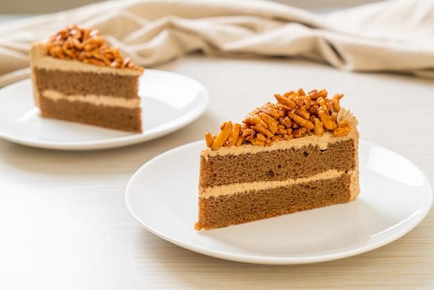 Gâteau aux amandes café maison sur plaque blanche