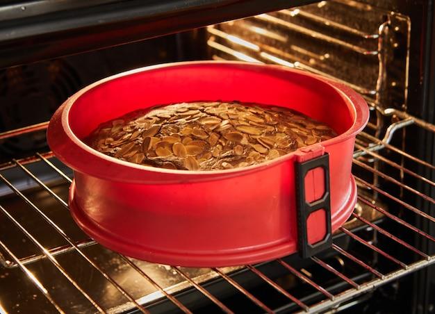 Gâteau aux amandes cuit au four dans un moule en silicone. une recette pas à pas sur internet.