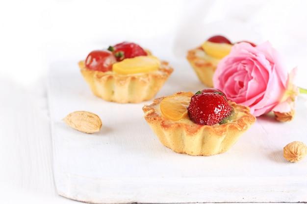 Gâteau aux amandes et fraises sur fond blanc