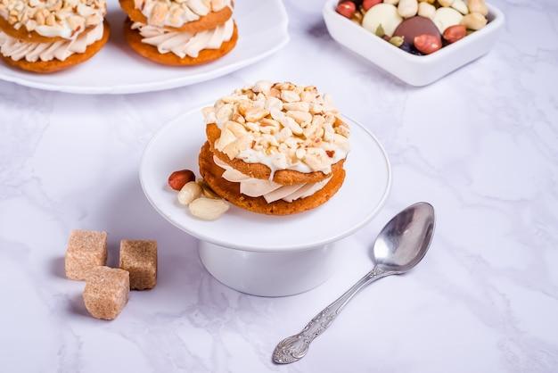 Gâteau aux arachides à la crème sur plaque blanche