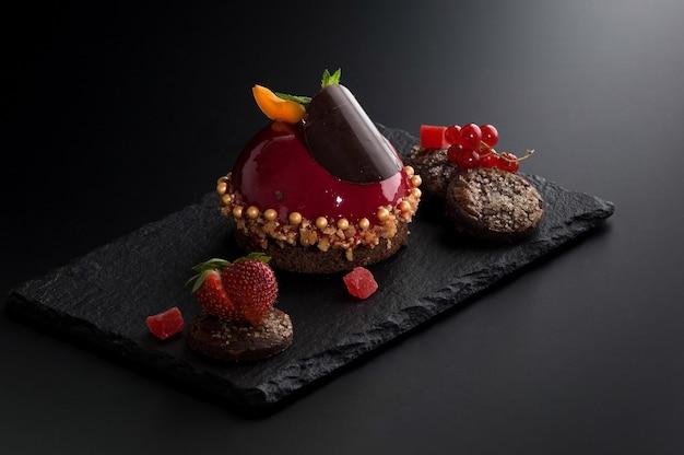 Gâteau aux baies sur de nombreux fond sombre en pierre décorative