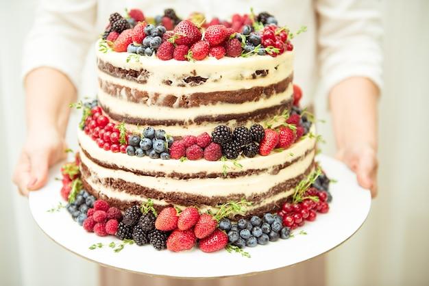 Gâteau aux baies, trois niveaux, concept de mariage