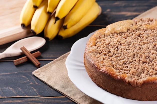 Gâteau aux bananes brésilien traditionnel avec garniture croustillante et cannelle. mise au point sélective