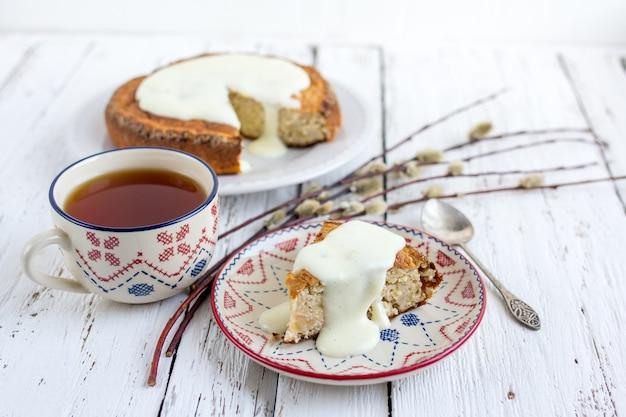 Gâteau aux bananes avec du fromage cottage dans une sauce crémeuse avec une tasse
