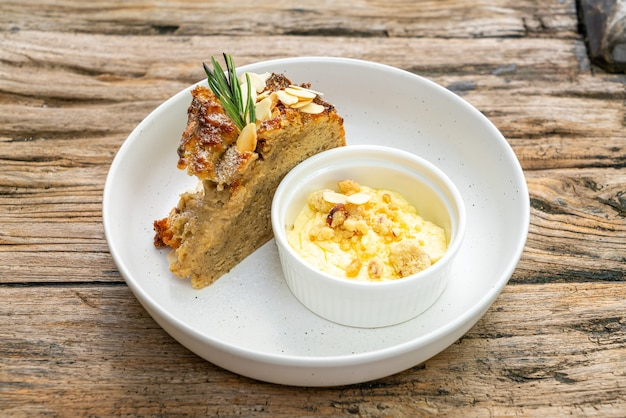 Gâteau aux bananes avec fromage à la crème et crumble sur assiette
