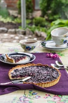 Gâteau aux bleuets fait maison. tarte aux myrtilles avec du fromage à la crème. petit-déjeuner en plein air. l'heure du thé en été