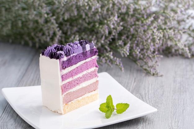 Gâteau aux bleuets avec fleur sur bois.