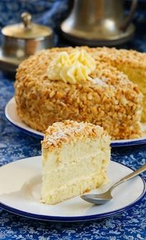 Gâteau aux cacahuètes avec crème au beurre