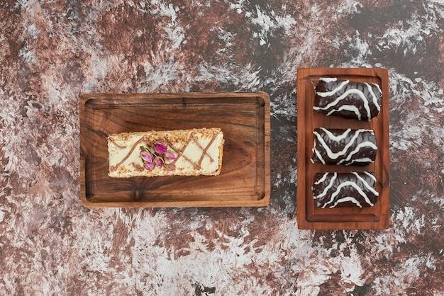 Gâteau aux carottes et brownies sur une planche de bois.
