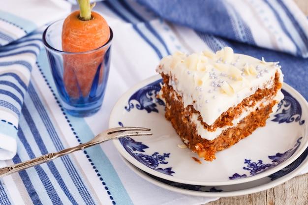 Gâteau aux carottes à la crème au beurre.