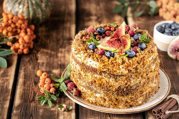 Gâteau aux carottes décoré de baies et de figues sur un bois. pâtisseries traditionnelles d'ânesse.