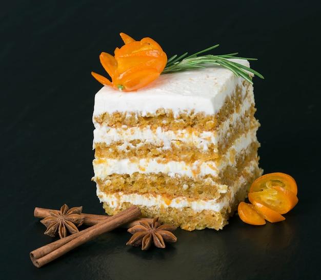 Gâteau aux carottes décoré d'un brin de romarin à la cannelle et à l'anis