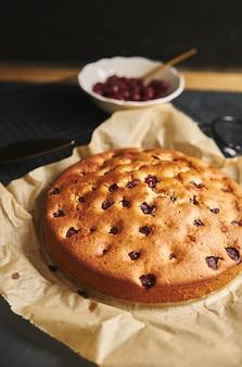 Gâteau aux cerises avec sucre en poudre et ingrédients