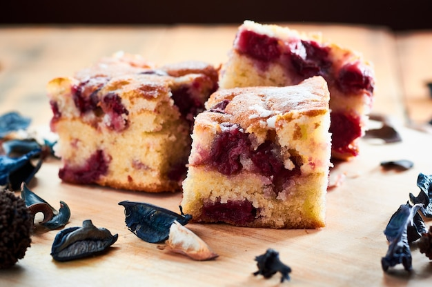 Gâteau aux cerises sur table en bois avec shugar sur le dessus