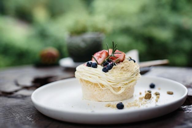 Gâteau aux fraises et aux myrtilles avec graines de citrouille