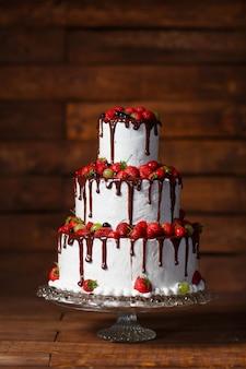 Gâteau aux fraises sur un bois