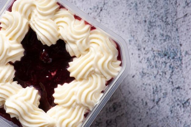 Gâteau aux fraises dans le pot pour la livraison. vue de dessus. espace de copie.